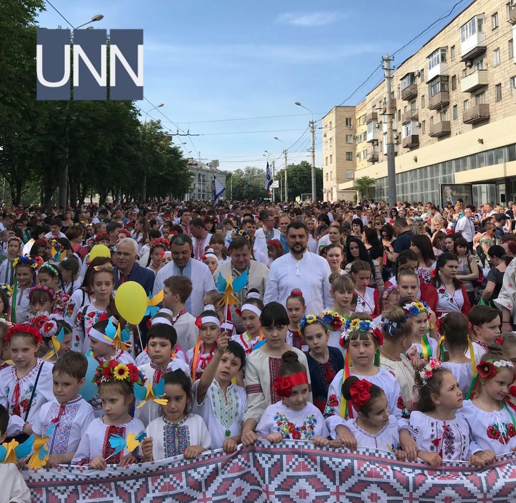 ... Тисячі людей одягнули вишиванки у прифронтовому Маріуполі - фото 19 ... 8765d640ef6b8