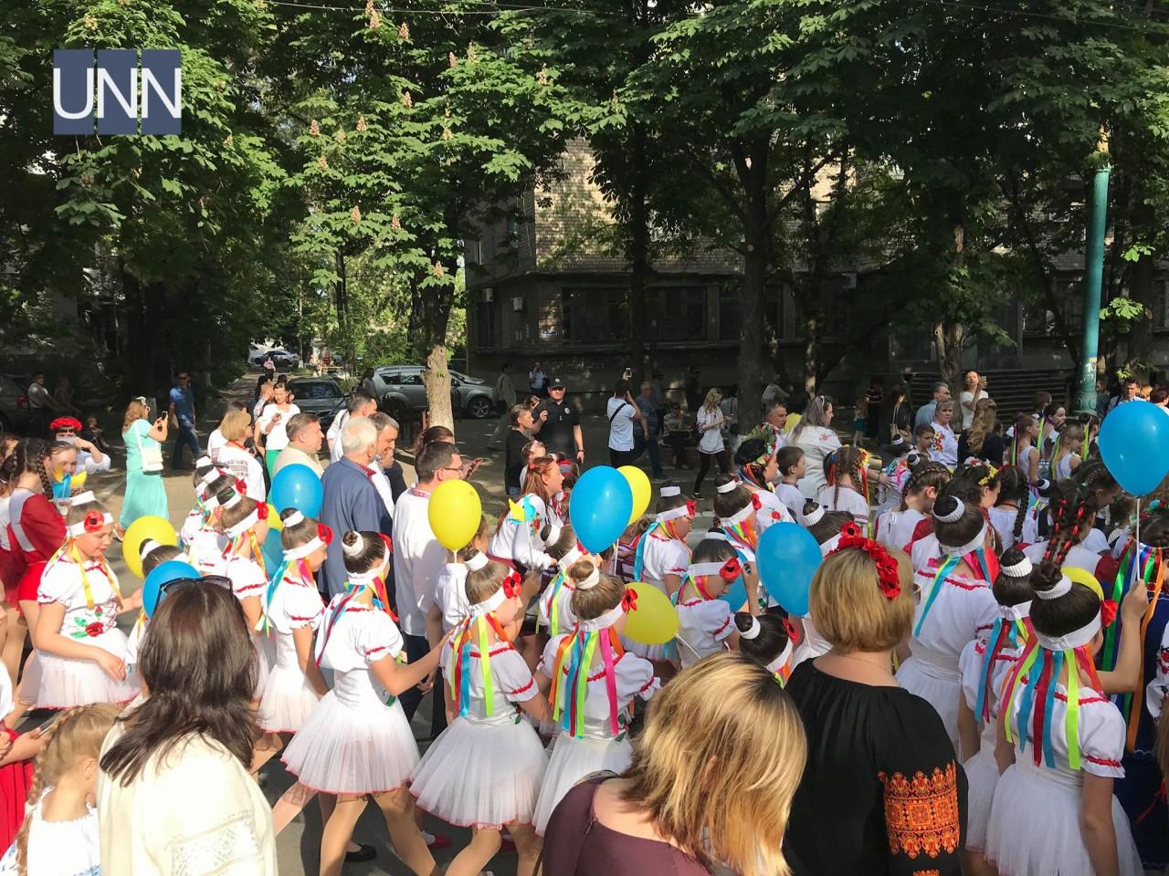 ... Тисячі людей одягнули вишиванки у прифронтовому Маріуполі - фото 13 ... dcff162e6d16b