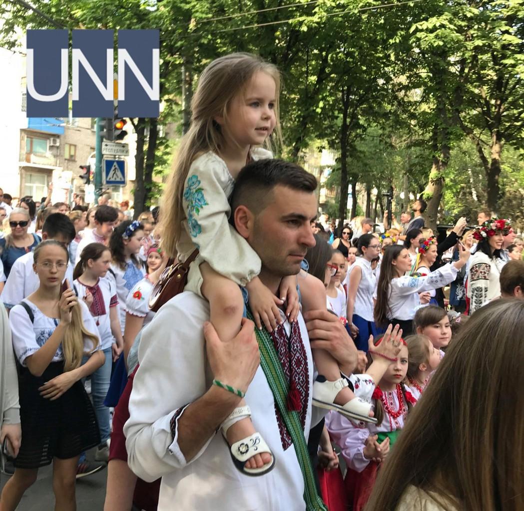 Тисячі людей одягнули вишиванки у прифронтовому Маріуполі - фото 11 ... 3ab1f935086ba