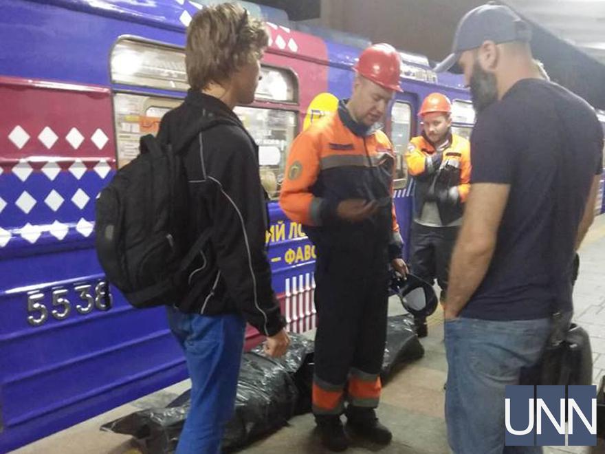 Укиївському метро пасажир потрапив під потяг і загинув