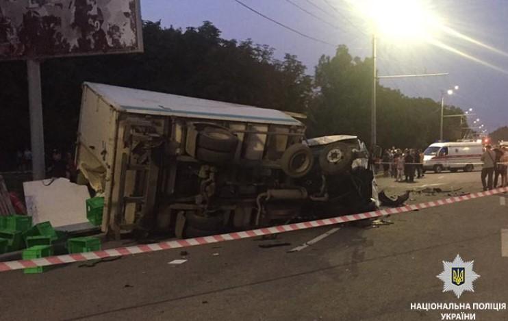 Жахлива ДТП уДніпрі: вантажівка протаранила два автомобілі, загинули двоє людей— відео