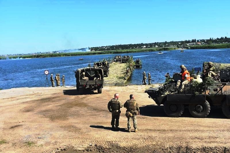 В Херсонской области украинские десантники проводят учения - фото 24