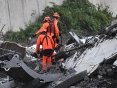 В сети показали момент обрушения моста на севере Италии - фото 7