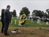 Президент Украины с женой почтили память Джона Маккейна - фото 1