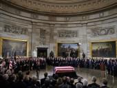 Трамп с женой почтили память Буша-старшего в Капитолии - фото 5