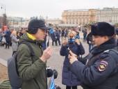 В центрі Москви активіст вийшов на поодинокий пікет на підтримку України - фото 3