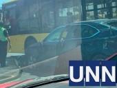 На столичной Петровке произошло ДТП с участием троллейбуса - фото 1