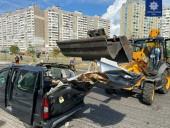 В Киеве произошло ДТП с экскаватором и легковушкой: есть травмированный - фото 1