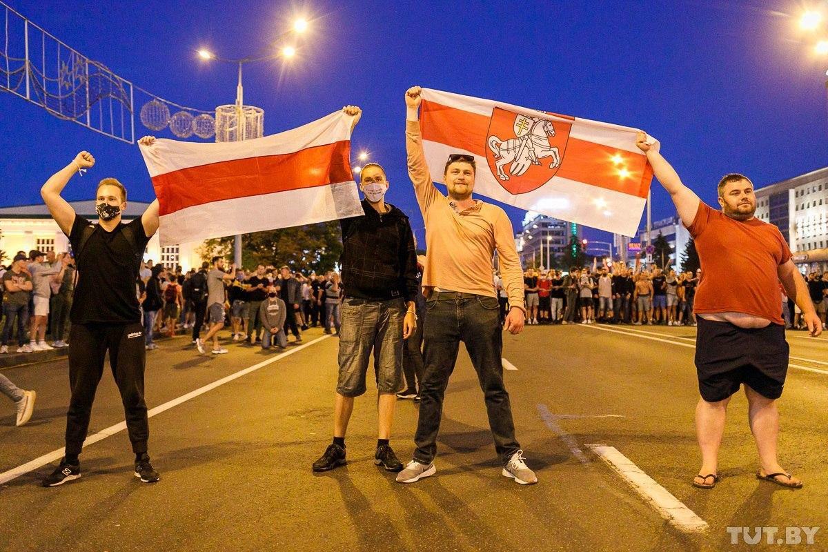"""Військові з народом та """"коктейлі Молотова"""": хронологія та фото другої доби білоруських протестів - фото 7"""