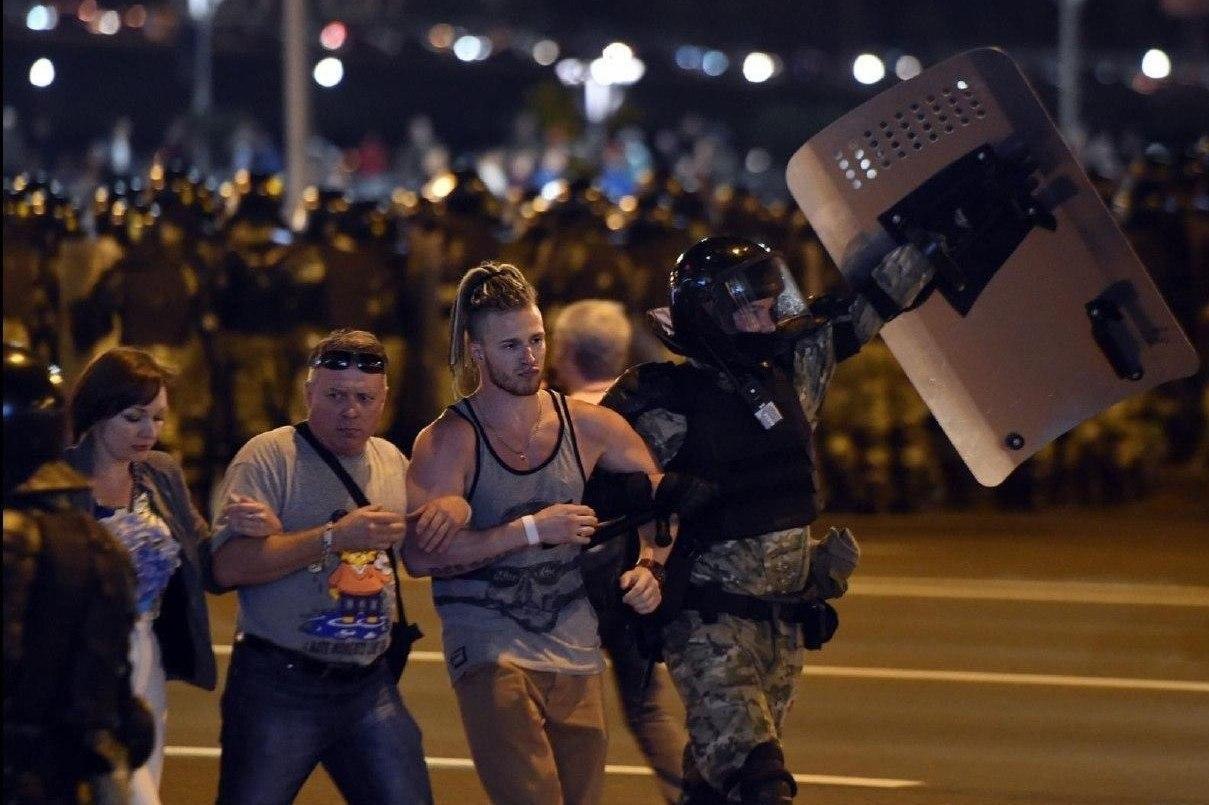 """Військові з народом та """"коктейлі Молотова"""": хронологія та фото другої доби білоруських протестів - фото 11"""