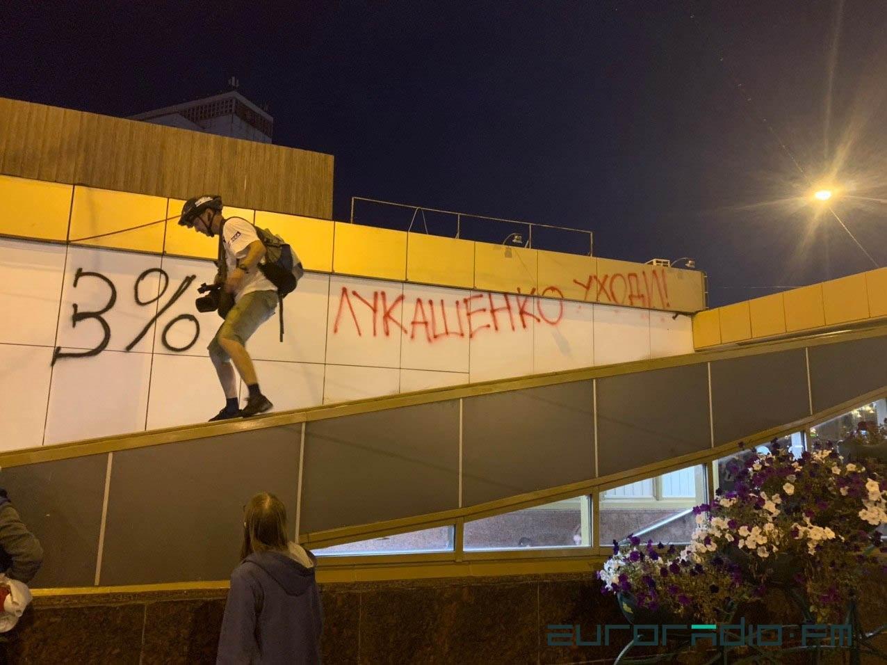 """Військові з народом та """"коктейлі Молотова"""": хронологія та фото другої доби білоруських протестів - фото 15"""