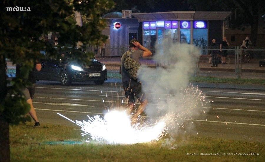 """Військові з народом та """"коктейлі Молотова"""": хронологія та фото другої доби білоруських протестів - фото 10"""