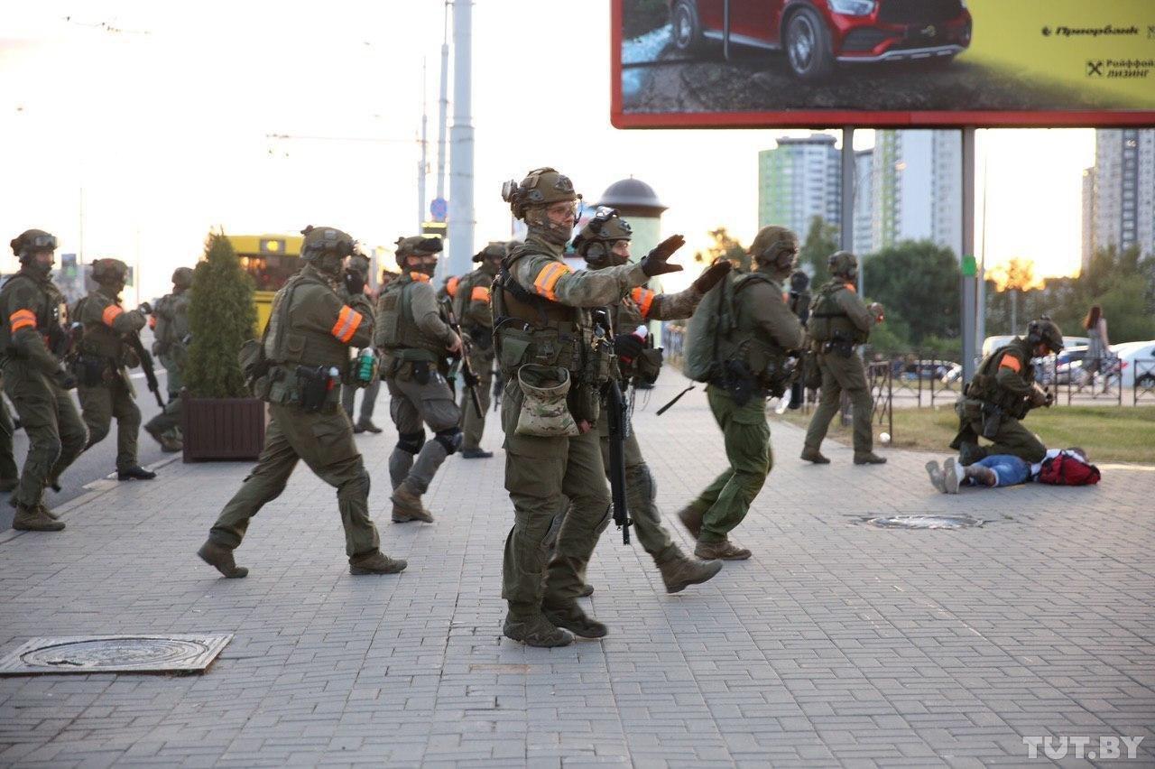 """Військові з народом та """"коктейлі Молотова"""": хронологія та фото другої доби білоруських протестів - фото 17"""