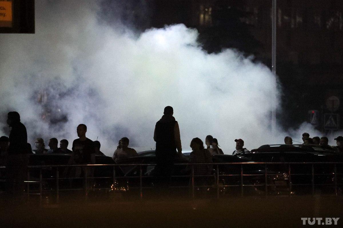 """Військові з народом та """"коктейлі Молотова"""": хронологія та фото другої доби білоруських протестів - фото 18"""
