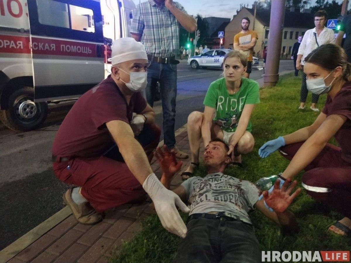 """Військові з народом та """"коктейлі Молотова"""": хронологія та фото другої доби білоруських протестів - фото 14"""