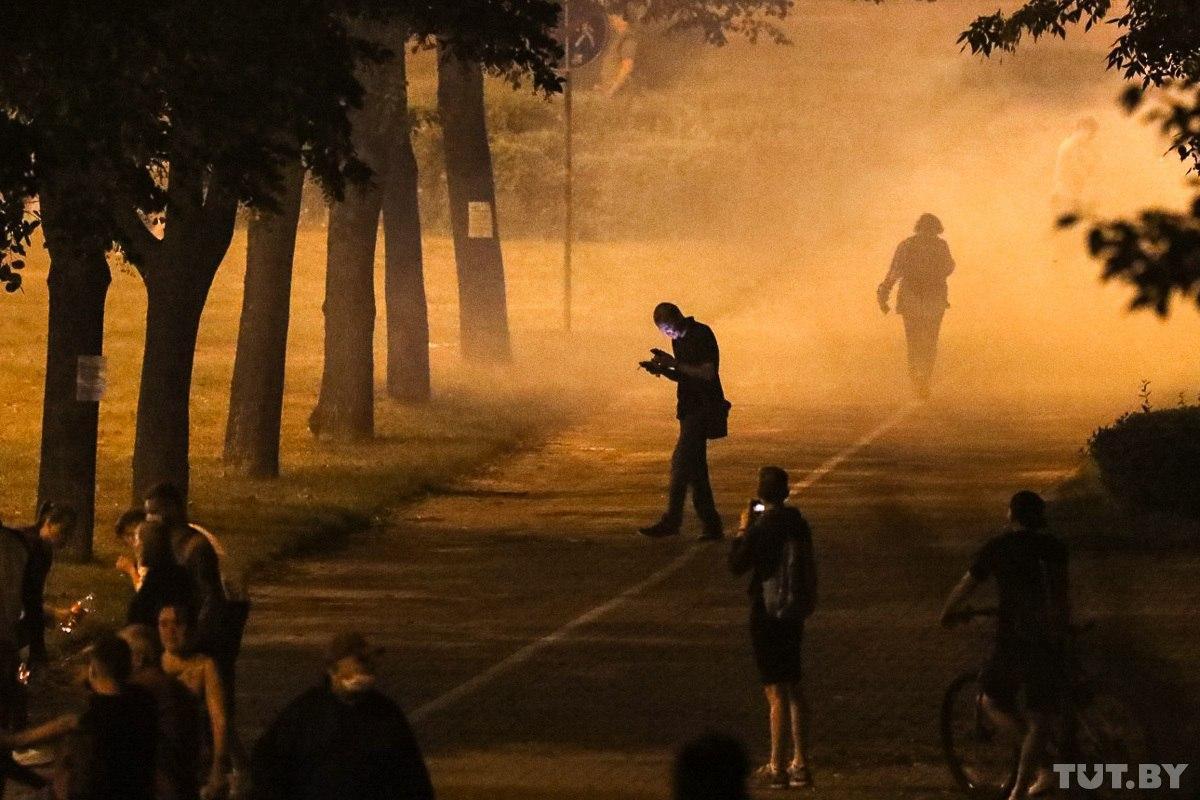 """Військові з народом та """"коктейлі Молотова"""": хронологія та фото другої доби білоруських протестів - фото 19"""