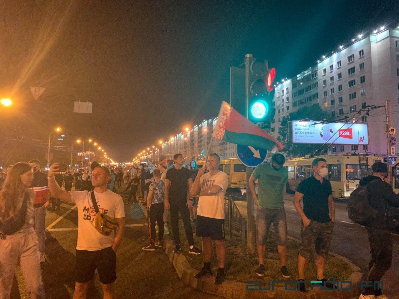 """Військові з народом та """"коктейлі Молотова"""": хронологія та фото другої доби білоруських протестів - фото 13"""