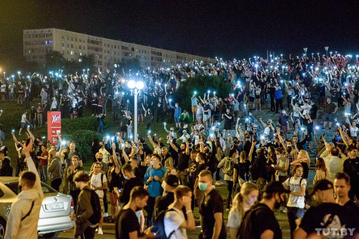 """Військові з народом та """"коктейлі Молотова"""": хронологія та фото другої доби білоруських протестів - фото 1"""