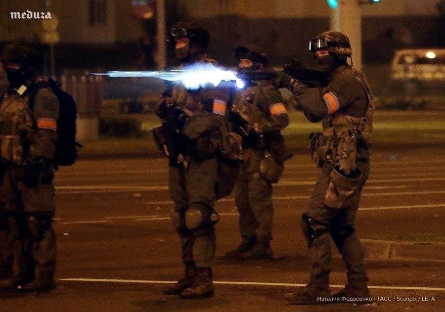 """Військові з народом та """"коктейлі Молотова"""": хронологія та фото другої доби білоруських протестів - фото 9"""