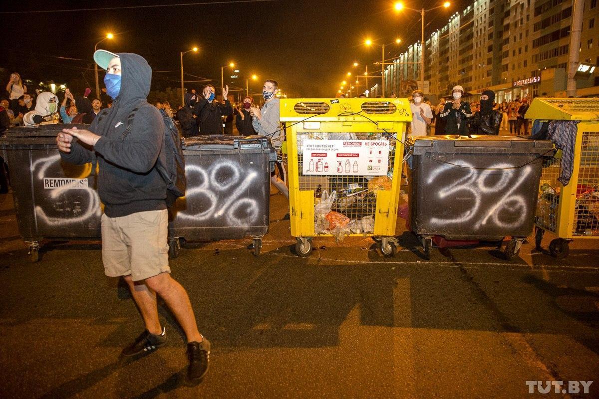 """Військові з народом та """"коктейлі Молотова"""": хронологія та фото другої доби білоруських протестів - фото 3"""