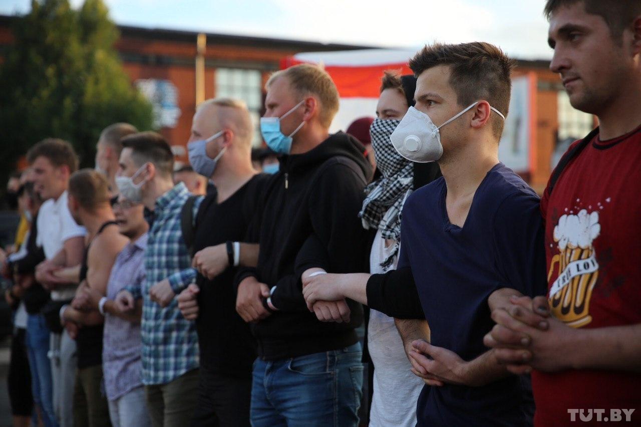 """Військові з народом та """"коктейлі Молотова"""": хронологія та фото другої доби білоруських протестів - фото 16"""