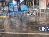 """Авто """"плывут"""", а трамваи стоят: последствия непогоды в Киеве - фото 1"""