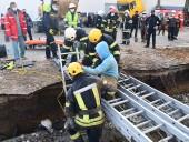 В Николаеве двух рабочих засыпало землей и привалило бетонной плитой - фото 4