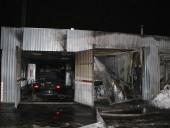 Крупный пожар произошел на СТО в Днепре: огнем уничтожено 4 автомобиля - фото 1
