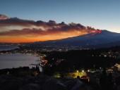 На Сицилии проснулся вулкан Этна: в сети появились фото извержения - фото 1