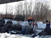 В Черниговской области грузовик упал с моста в Десну, водитель-иностранец погиб - фото 3
