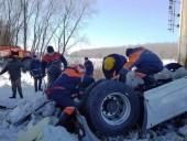 В Черниговской области грузовик упал с моста в Десну, водитель-иностранец погиб - фото 1