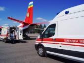 Из Запорожья в Киев самолетом транспортировали 3-летнюю девушку с тотальным поражением легких - фото 1
