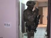 Мужчина в Киеве пролез в окно чужой квартиры и взял в заложники женщину - фото 1
