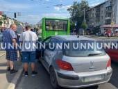 В Киеве авто с полным салоном древесины столкнулось с маршруткой - фото 4