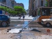 В центре Днепра девушка провалилась по шею в воду на тротуаре - фото 3