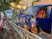 Хлебовоз протаранил забор и въехал в припаркованные автомобили - фото 2