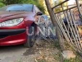 Хлебовоз протаранил забор и въехал в припаркованные автомобили - фото 3