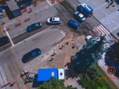 В центре Днепра девушка провалилась по шею в воду на тротуаре - фото 4