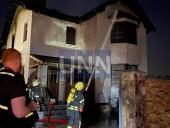 Ночной пожар на Троещине: почти полностью выгорел дом, есть пострадавший - фото 1