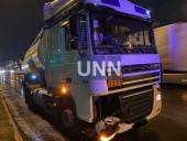 Ночная двойная авария в Киеве: грузовик влетел в легковушку - фото 2