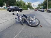 Получил переломы и ушибы: в Киеве Chevrolet 30 метров тащил на капоте курьера-мотоциклиста - фото 5