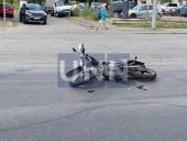 Получил переломы и ушибы: в Киеве Chevrolet 30 метров тащил на капоте курьера-мотоциклиста - фото 1