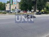 Получил переломы и ушибы: в Киеве Chevrolet 30 метров тащил на капоте курьера-мотоциклиста - фото 4