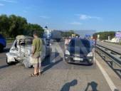 Неудачный маневр: на Житомирской трассе произошла масштабная ДТП с участием четырех легковых авто и бензовоза - фото 2