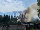 """В Киеве горел дом """"на две семьи"""". Вероятно из-за неисправной проводки - фото 2"""