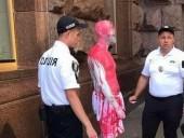 Мужчине, облившему краской флагшток возле КГГА, сообщили о подозрении - фото 1