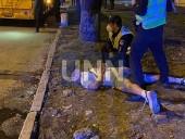 Растрощили троллейбус и плевали в полицейских: двое дебоширов наделали шума в центре столицы - фото 6