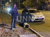Растрощили троллейбус и плевали в полицейских: двое дебоширов наделали шума в центре столицы - фото 4