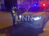 Растрощили троллейбус и плевали в полицейских: двое дебоширов наделали шума в центре столицы - фото 7