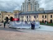 Не простоял и суток: в центре Киева грузовик провалил новый фонтан - фото 2